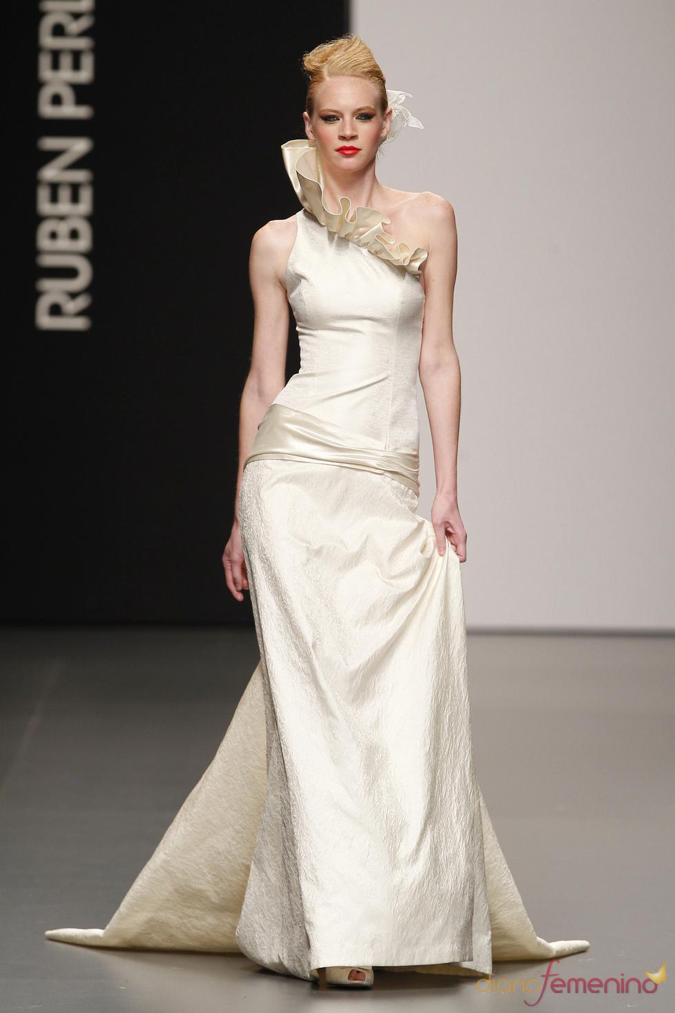 Vestido de novia asimétrico de Rubén Perlotti
