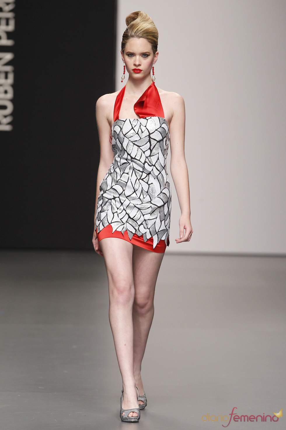 Vestido de fiesta gris y rojo de Rubén Perlotti