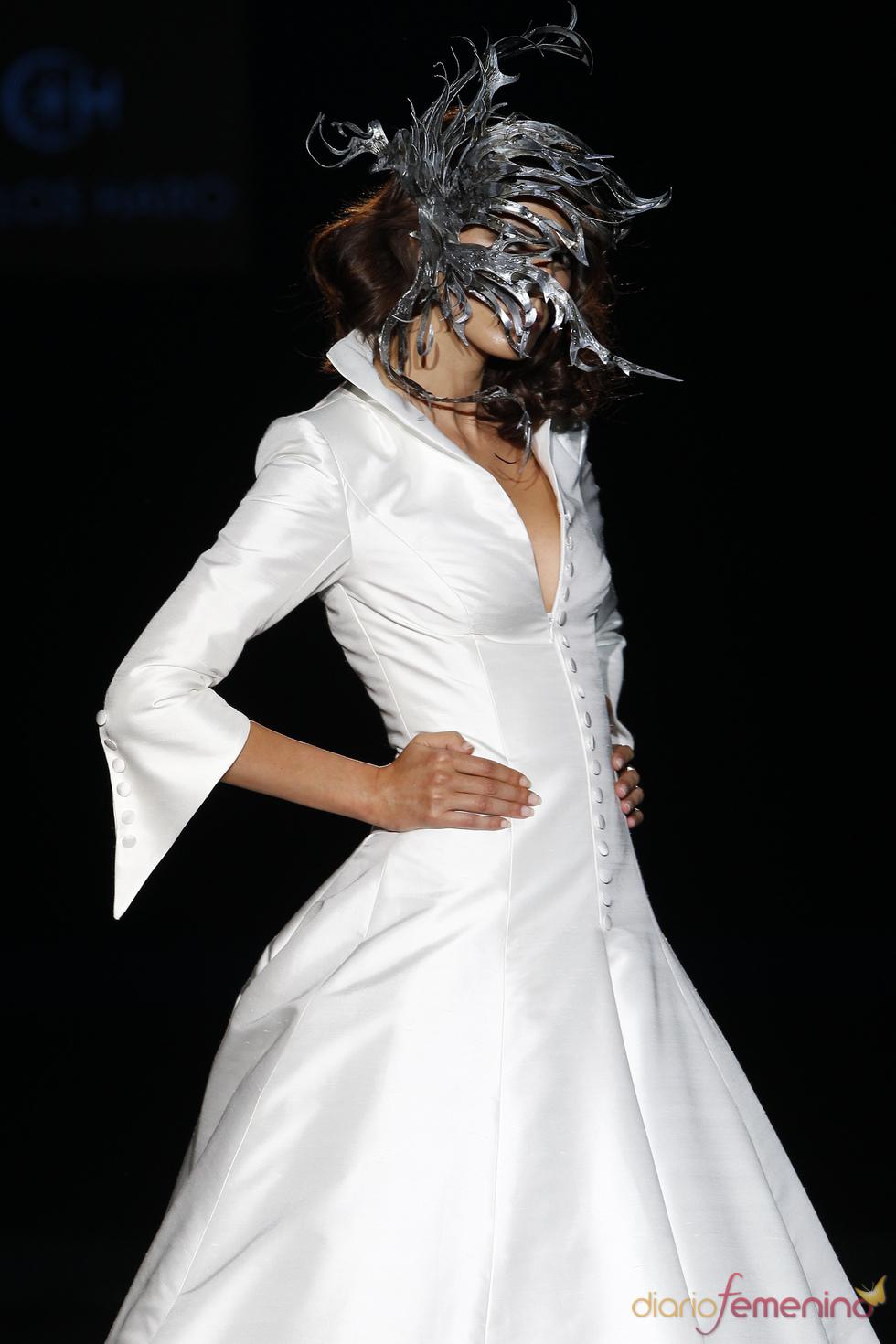 Vestido de novia con cuello de camisa de Carlos Haro