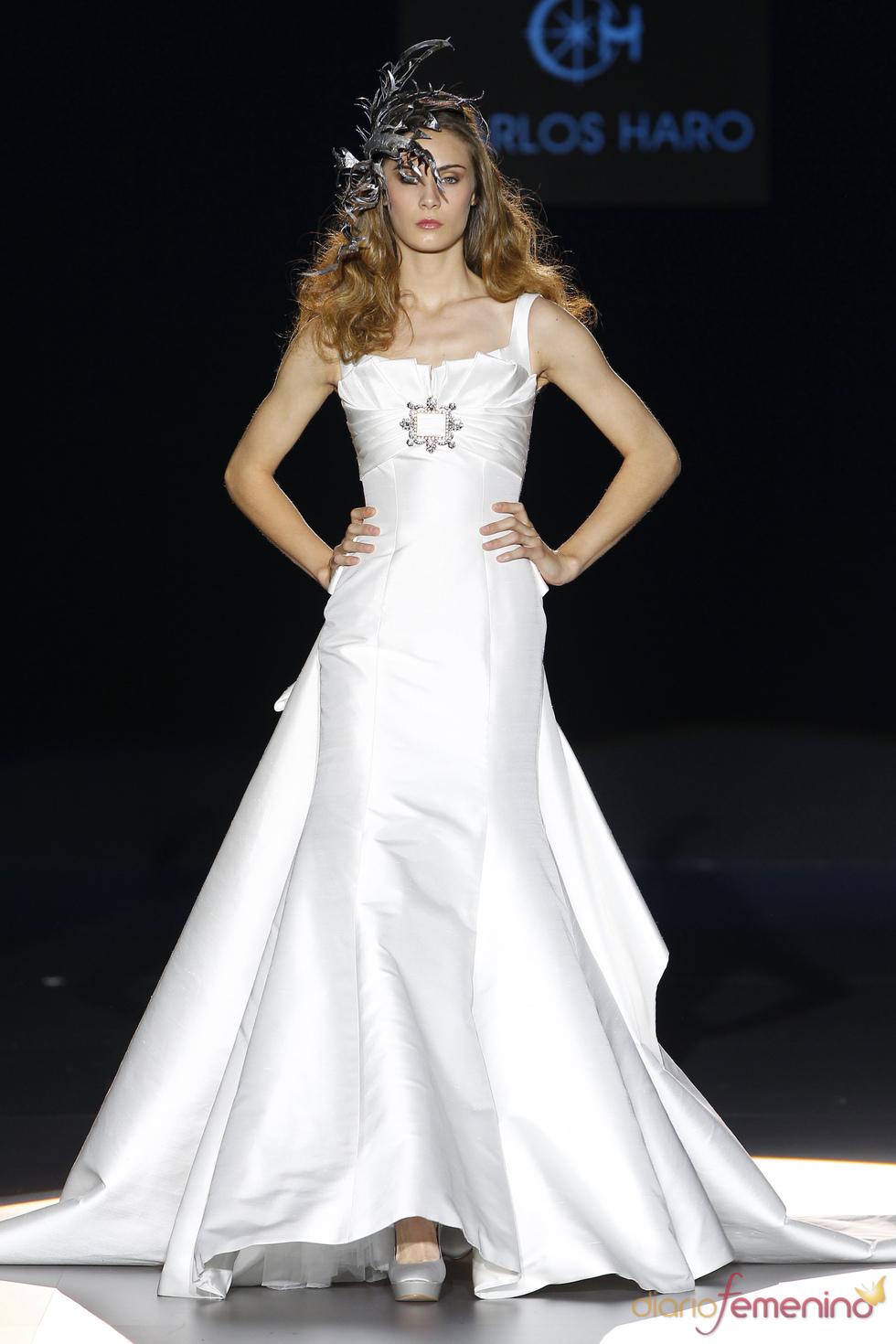 Vestido de novia con cola de Carlos Haro