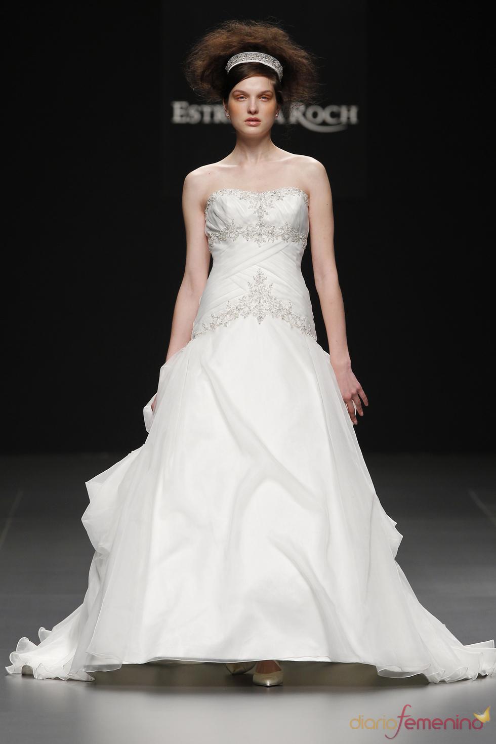Vestido de novia con pedrería de Camila Elbaz