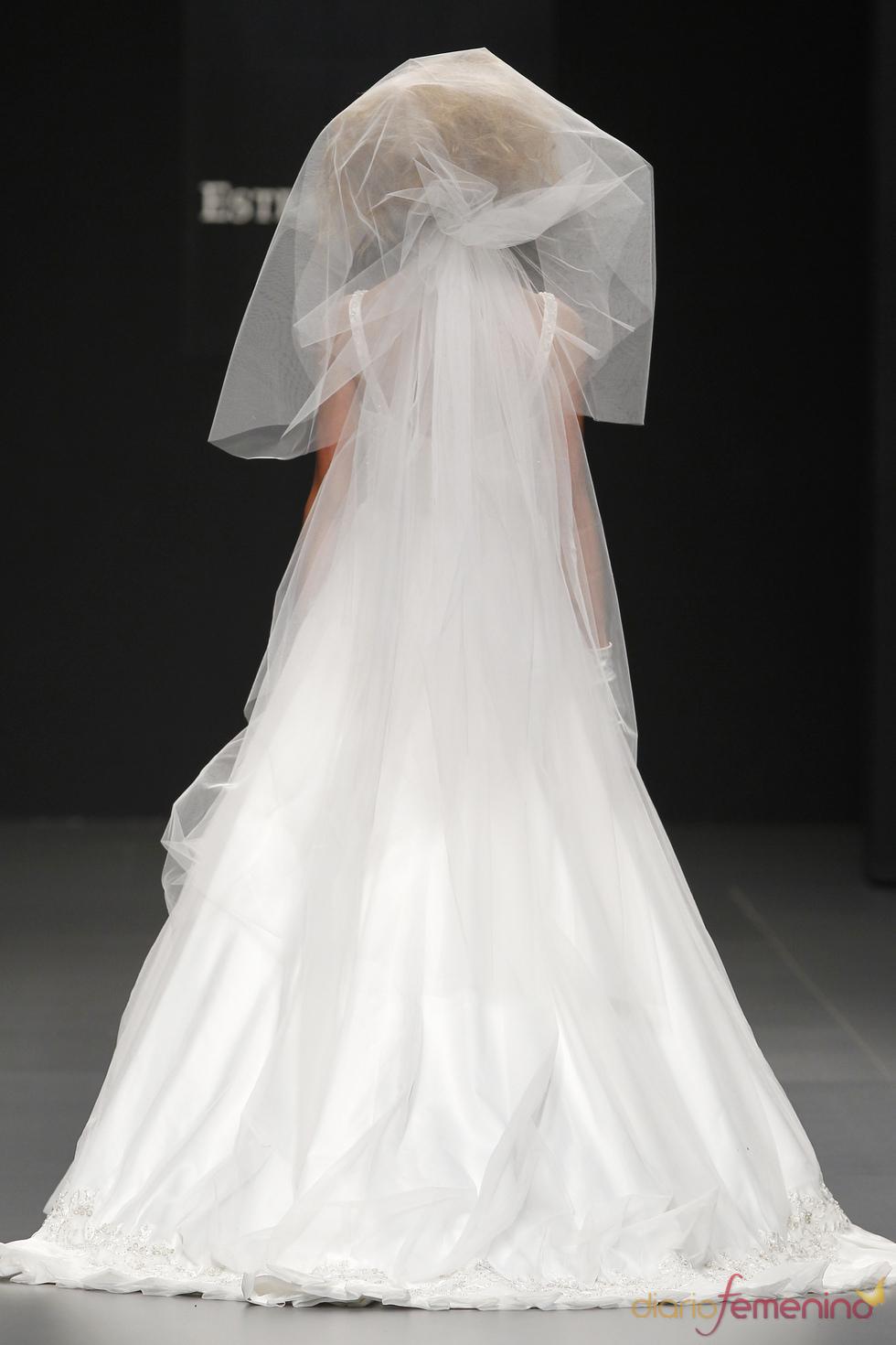 Vestido de novia con velo de Camila Elbaz