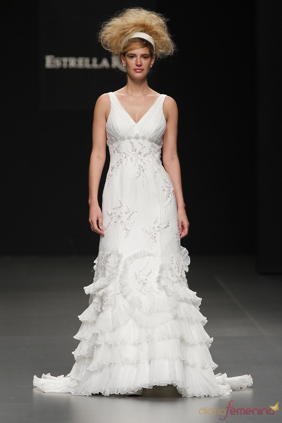 Vestido de novia con escote en pico de Camila Elbaz