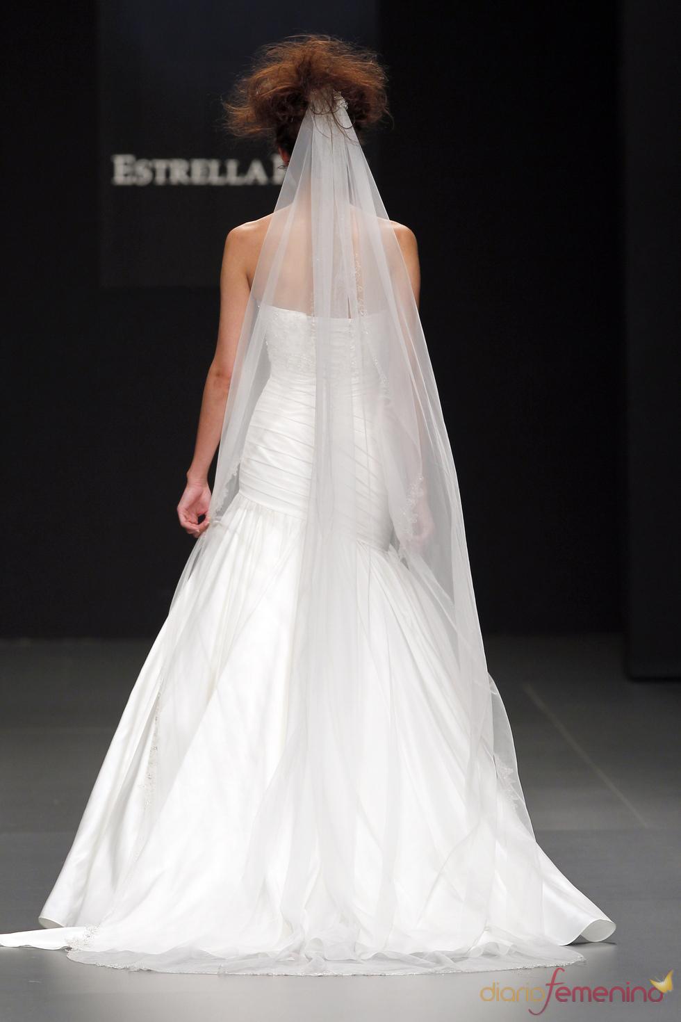 Camila Elbaz apuesta por el velo en su colección de novia