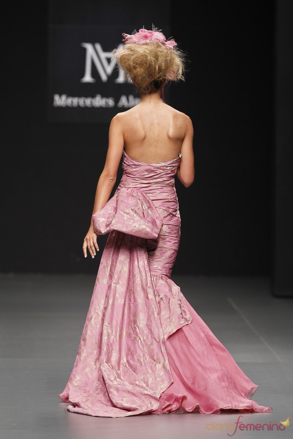 Mercedes Alonso ofrece glamour en Cibeles Novias 2010