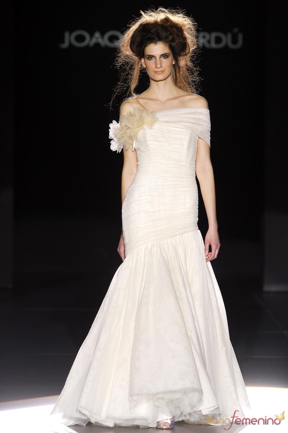 Vestido de novia con hombros al descubierto de Joaquim Verdú