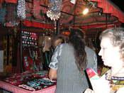 Puestos de bisutería en el mercadillo de Las Dalias en Madrid