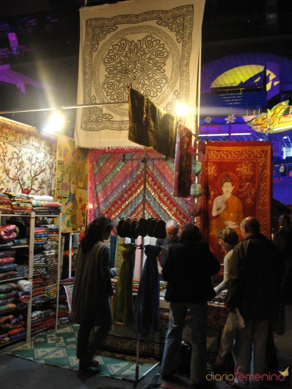 Alfombras y cortinas hippies en el Mercadillo de Las Dalias