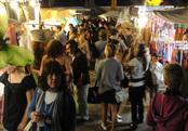 Miles de madrileños en el mercadillo de Las Dalias