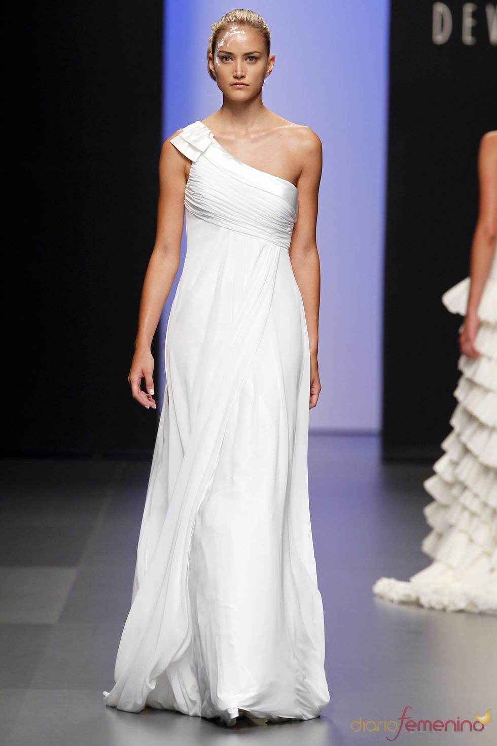 Vestido de novia asimétrico de Devota&Lomba