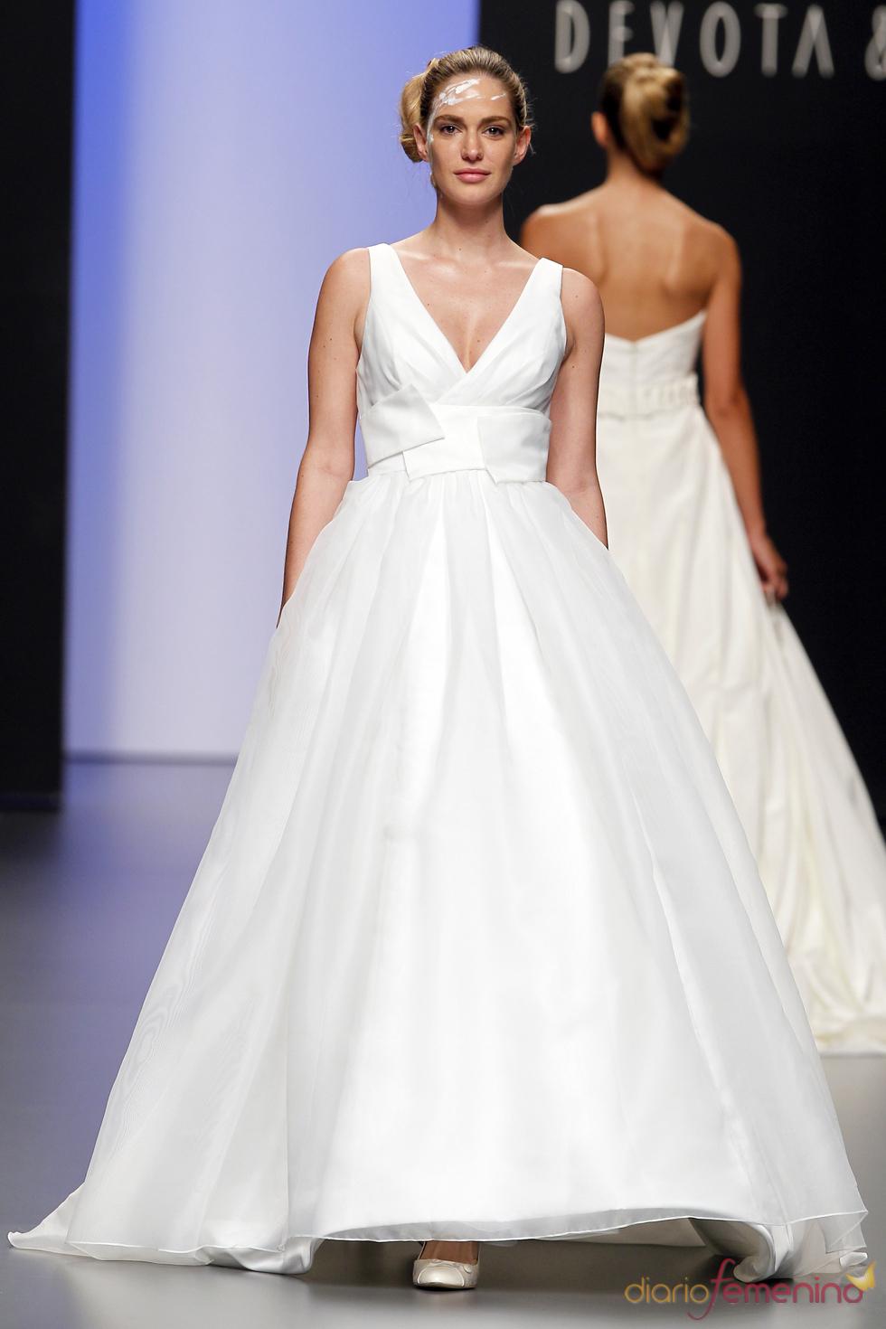 Vestido de novia con gran escote de Devota&Lomba