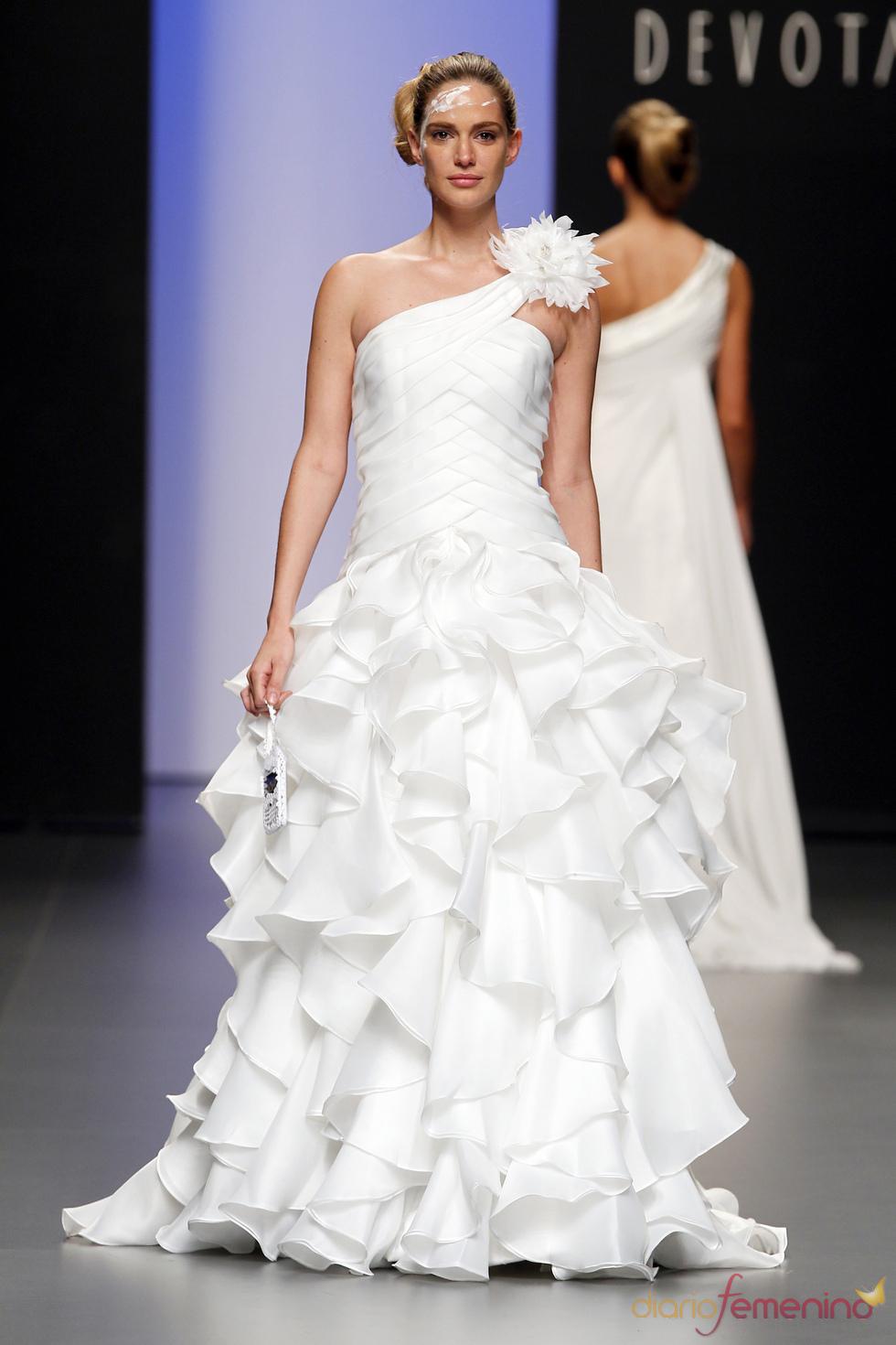 Vestido de novia con volumen, de Devota&Lomba