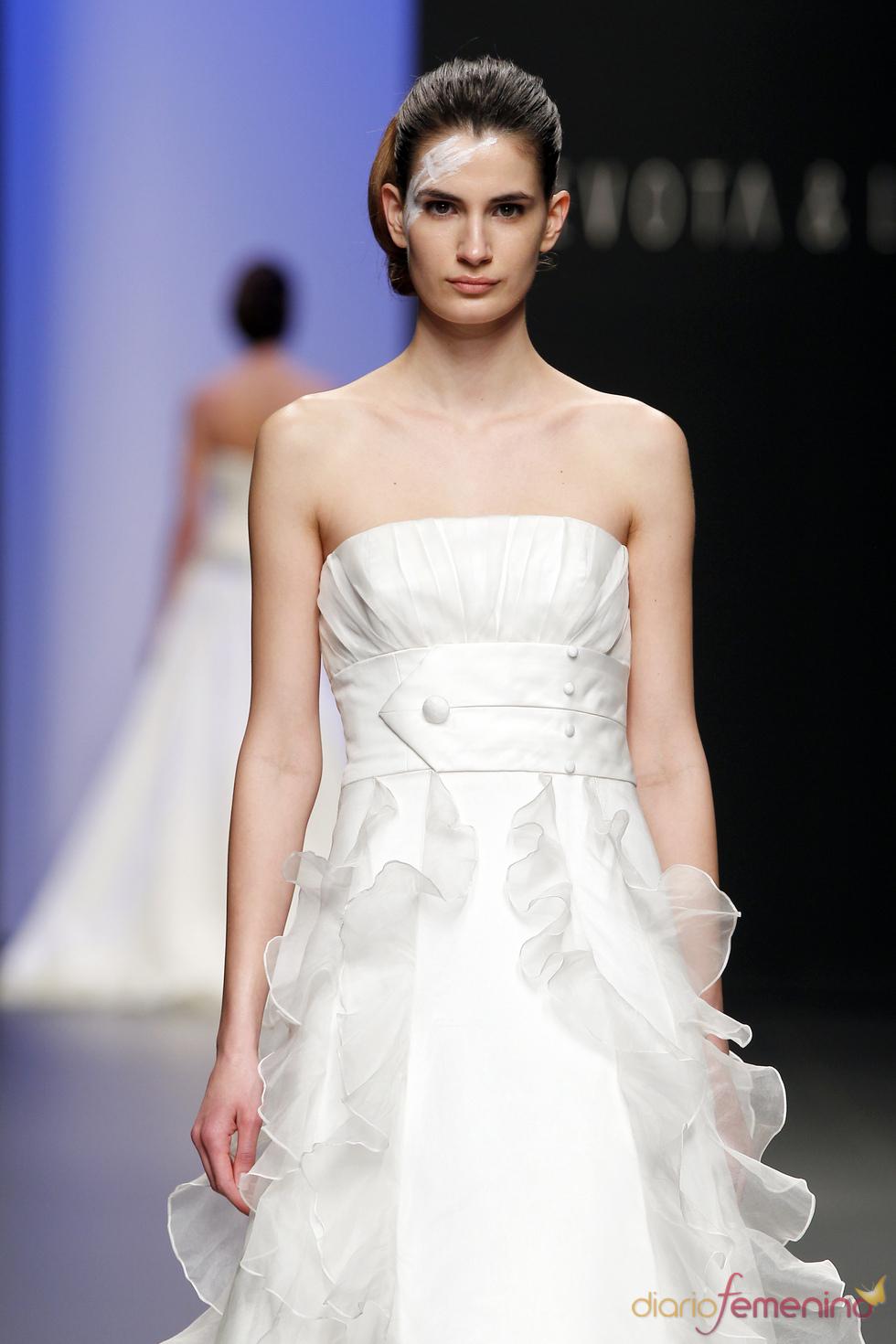 Vestido de novia con glamour de Devota&Lomba