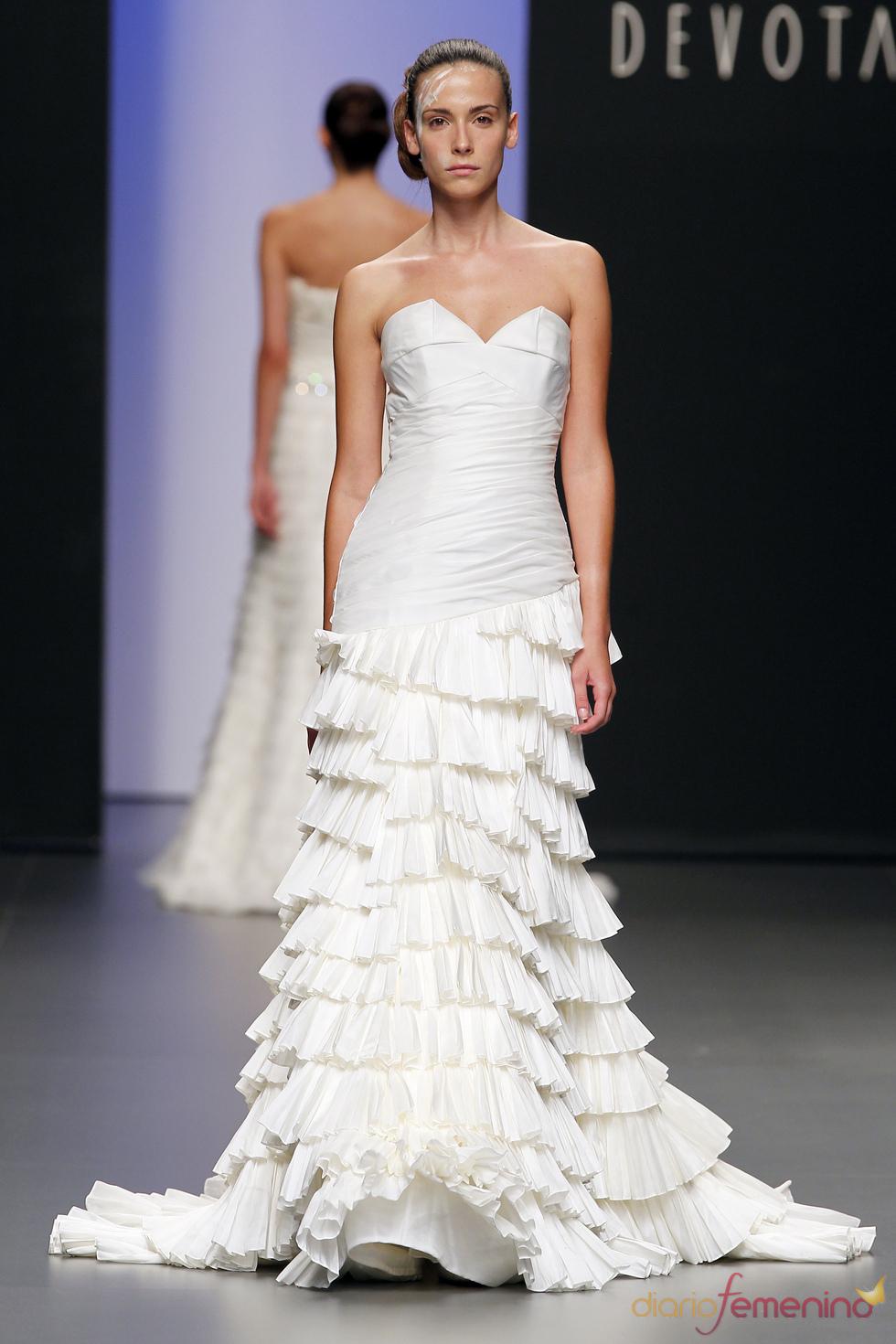 Vestido de novia con volantes de Devota&Lomba