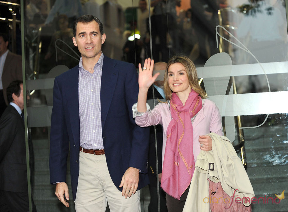 Los Príncipes de Asturias visitan al Rey Juan Carlos