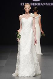 Vestido de novia con flor en el hombro de Elio Berhanyer