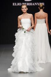 Vestido de novia con volumen, de Elio Berhanyer