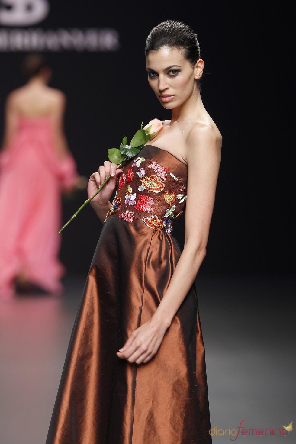 Vestido de fiesta marrón de Elio Berhanyer