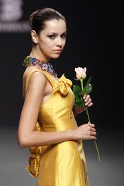 Vestido de fiesta dorado de Elio Berhanyer