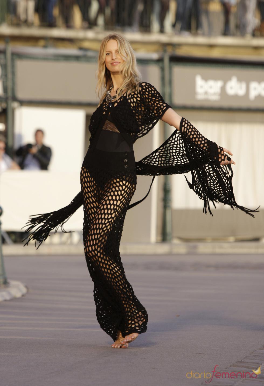 Karolina Kurkova en el desfile de Chanel en St. Tropez