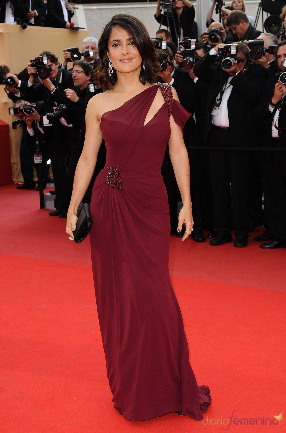 Salma Hayek, con vestido granate en el Festival de Cannes