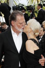 Beso de Helen Mirren y su marido en Cannes