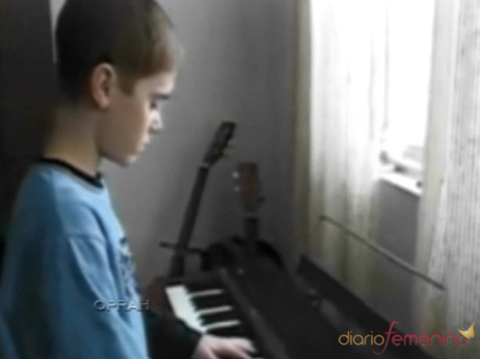Justin Bieber tocando el piano con 5 años