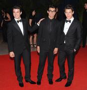 Nick Jonas, de etiqueta, con sus hermanos