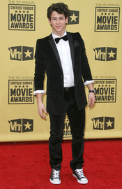 Nick Jonas, con pajarita y zapatillas