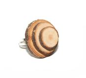 Anillo con troncos de madera, de Abataba