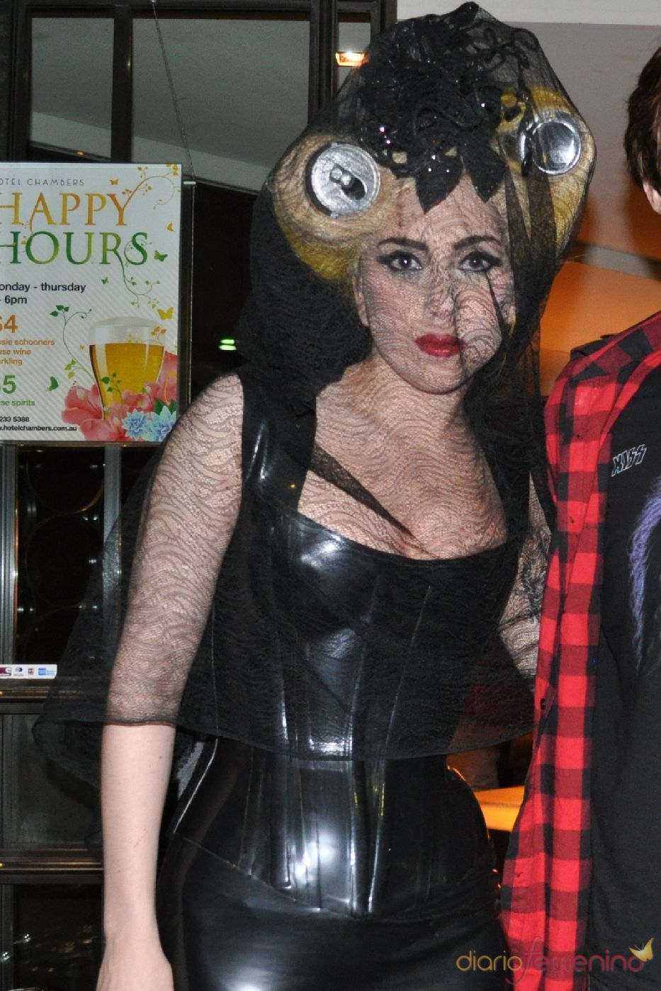 Peinado de Lady Gaga con latas de coca cola