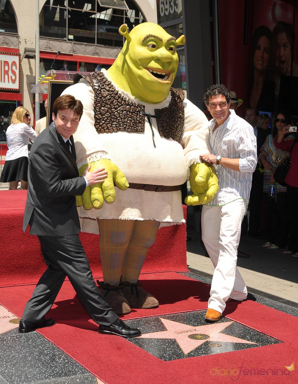 Antonio Banderas entrega la estrella de la fama a Shrek