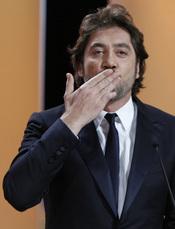Javier Bardem dedica un beso y la Palma de Oro a Penélope Cruz