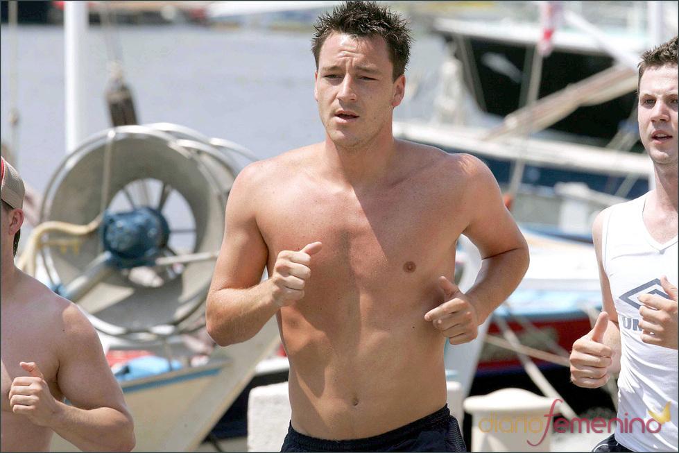 John Terry corre semi desnudo