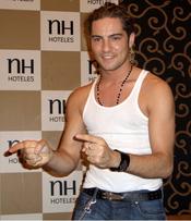 David Bisbal con camiseta de tirantes