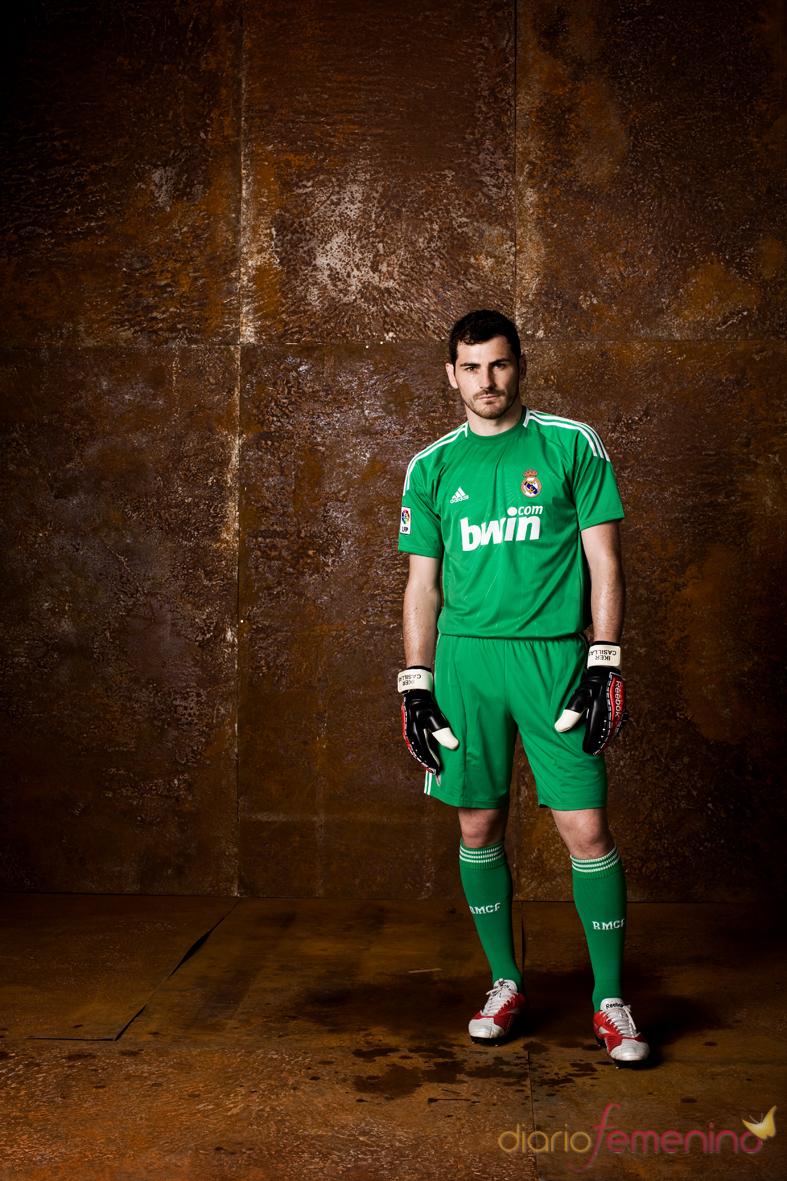 Iker Casillas con el nuevo equipamiento del Real Madrid