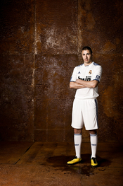 Benzema viste la nueva camiseta del Real Madrid