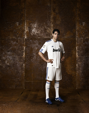 Kaká viste la nueva camiseta del Real Madrid