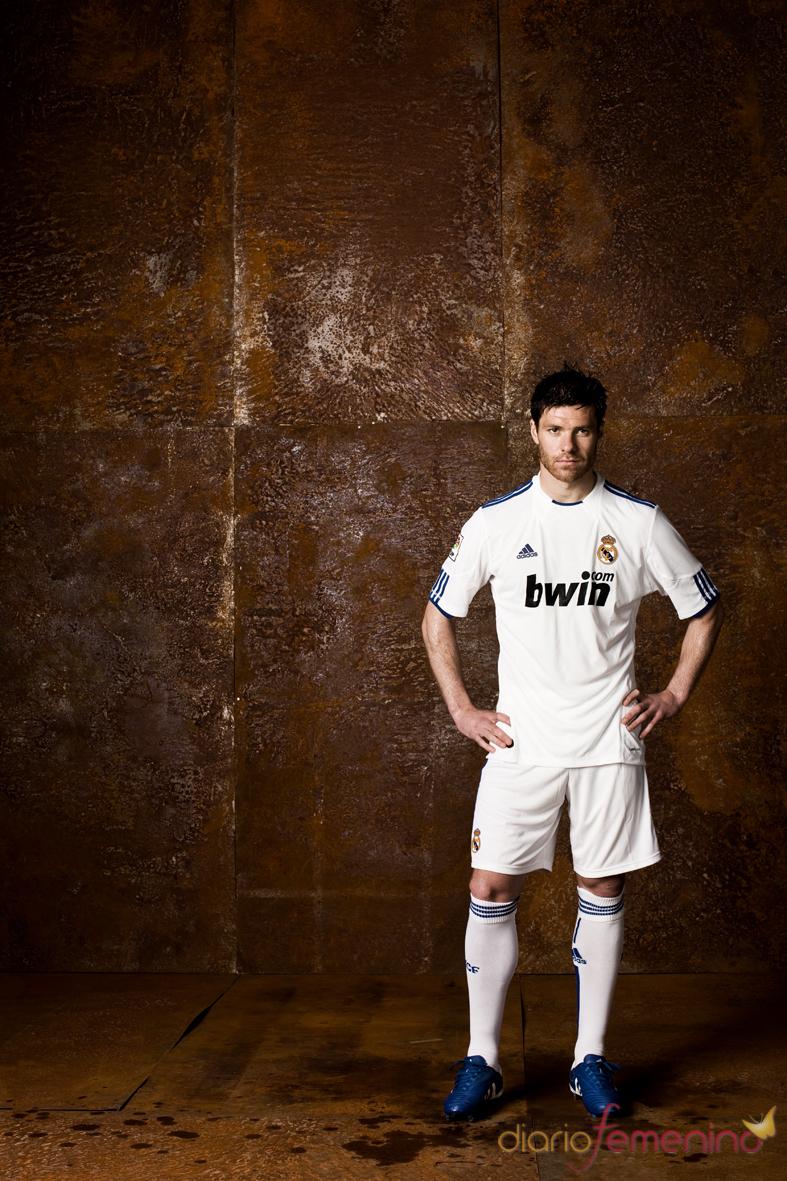 Xabi Alonso con el nuevo equipamiento del Real Madrid