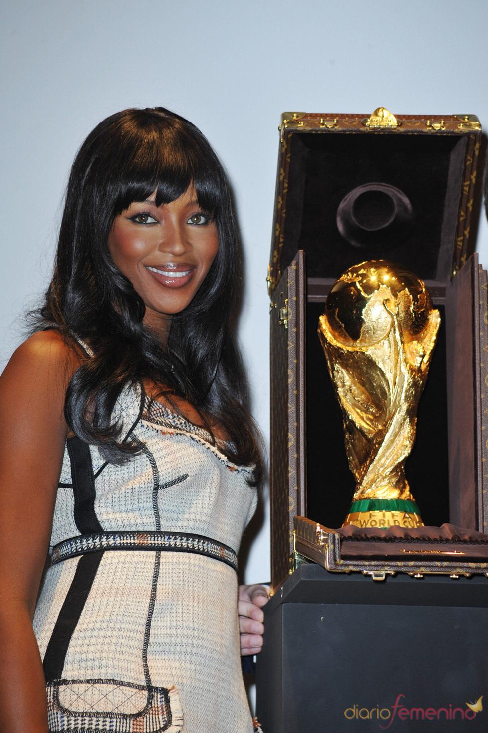 Naomi Campbell besa el trofeo del Mundial 2010
