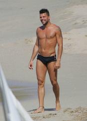 Ricky Martin de bañador en la playa en Miami