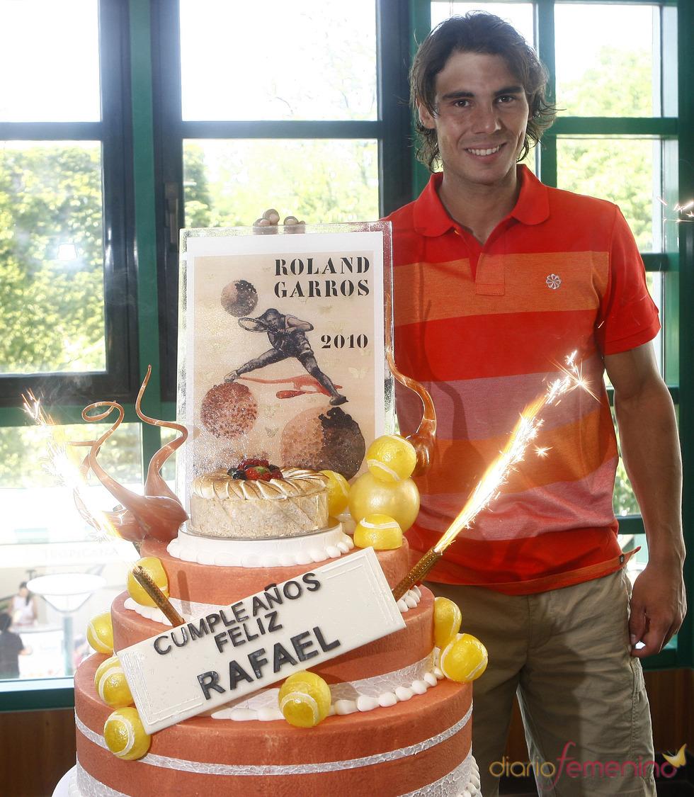 Rafa Nadal con su tarta de 24 cumpleaños