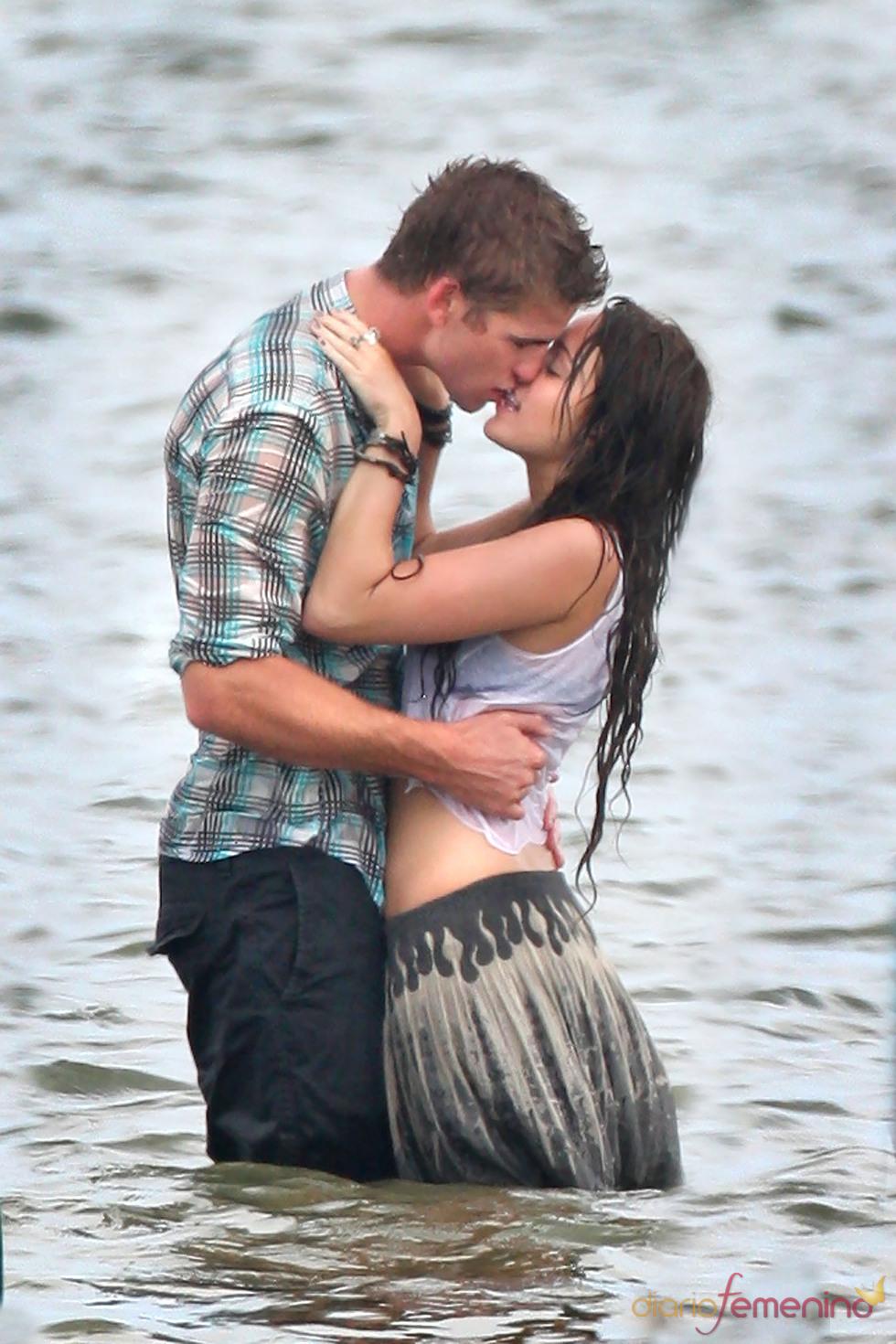 Miley Cyrus y Liam Hemsworth se besan