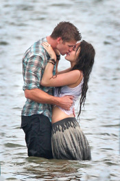 Miley Cyrus y Liam Hemsworth se besan