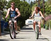 Miley Cyrus y Liam Hemsworth en bicicleta