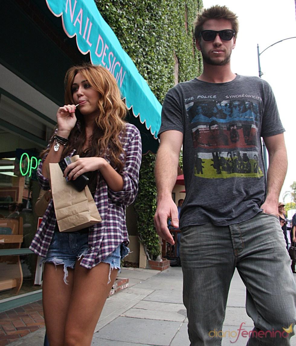 Miley Cyrus y Liam Hemsworth de paseo