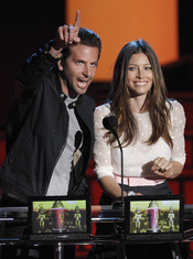 Bradley Cooper y Jessica Biel entregan premio en los MTV Movie Awards