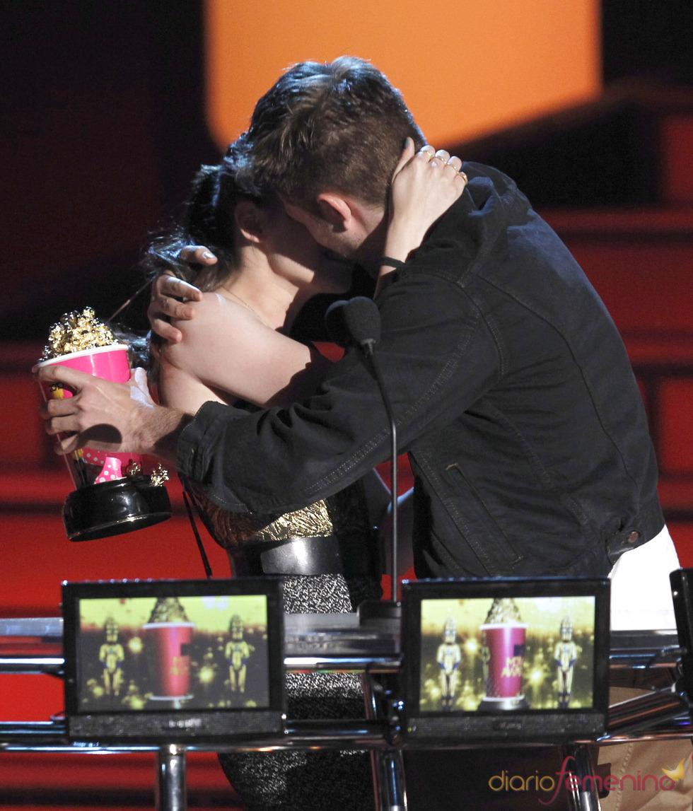 Beso de Robert Pattinson y Kristen Stewart en los MTV Movie Awards