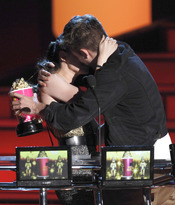 Beso de Robert Pattinson y Kristen Stewart en los MTV Movie Awards