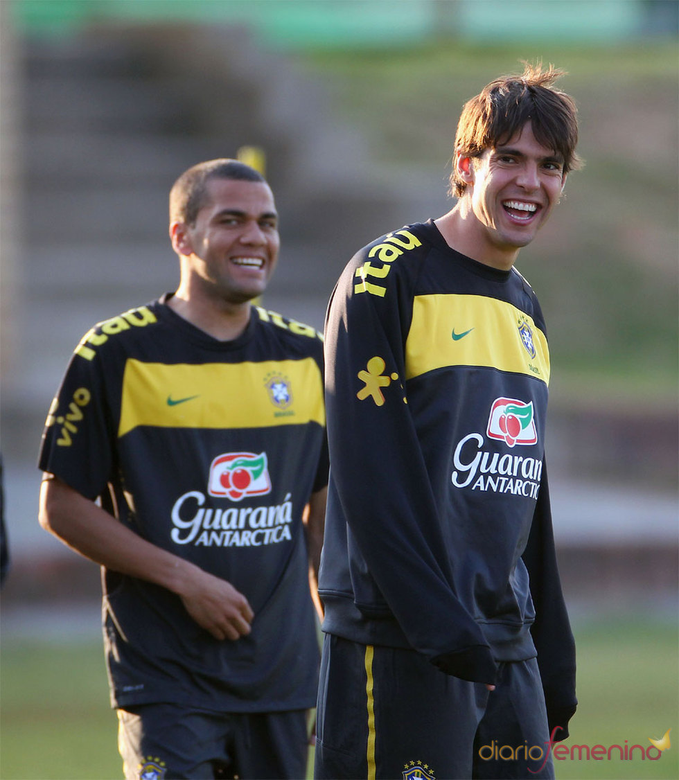 Kaká y Dani Alves, Real Madrid y Barcelona, juntos por Brasil